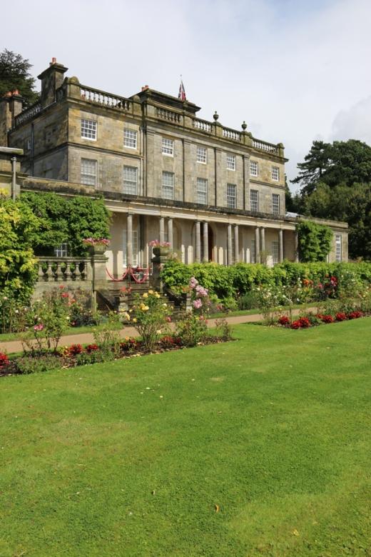 Saint Hill House Garden Front © Lavender's Blue Stuart Blakley