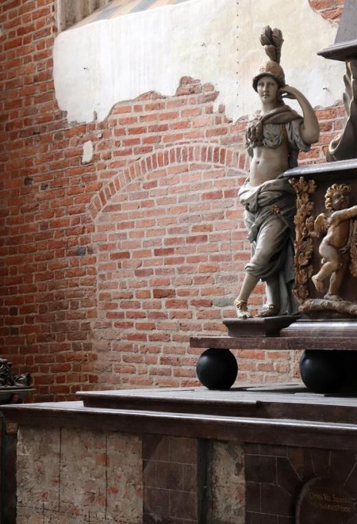 St John's Centre Gdansk Statue © Lavender's Blue Stuart Blakley