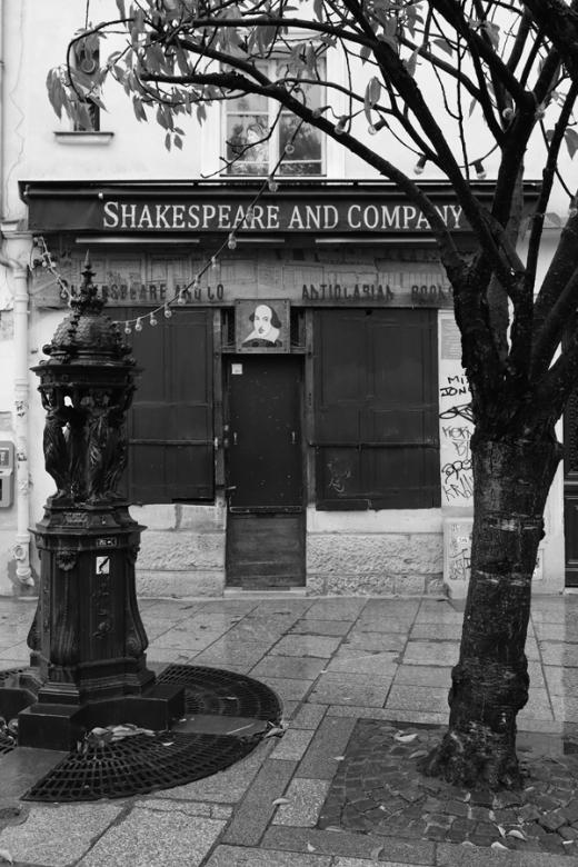 Rainy Paris Shakespeare and Company © Lavender's Blue Stuart Blakley